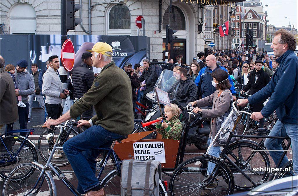 Honderden fietsers protesteren tegen scooters op het fietspad